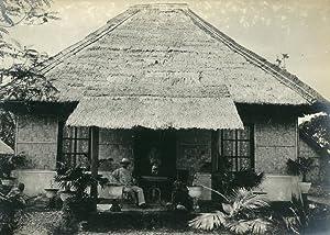De heer Hoogenstraten zittend voor zijn huis, te Sumatra.: HOOGENSTRATEN.