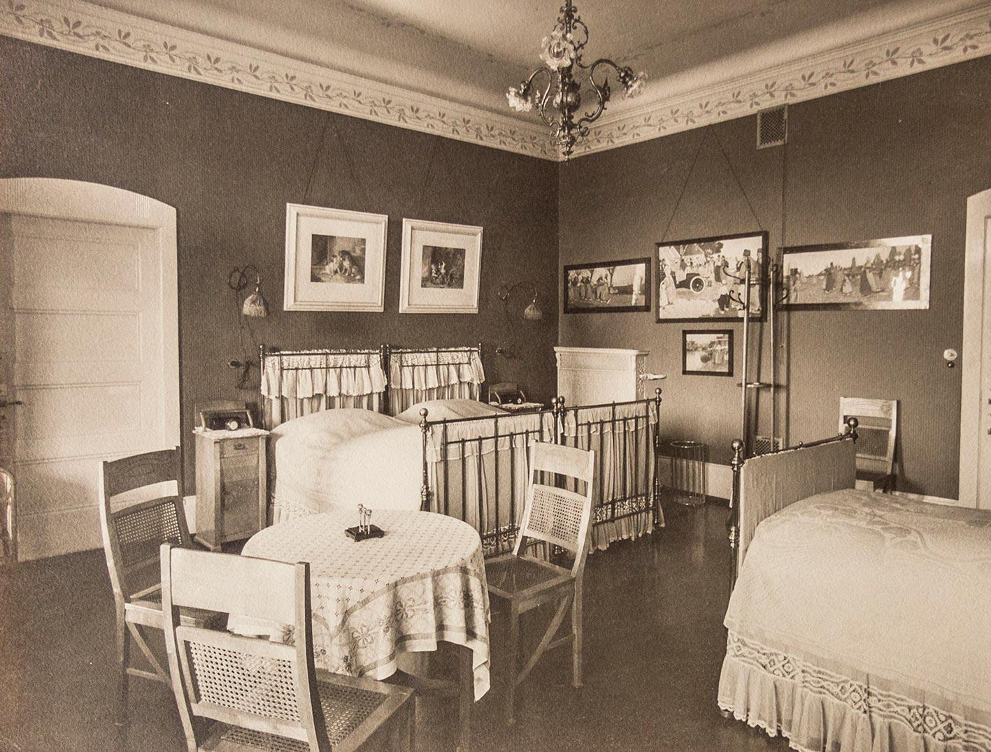 jugendstil kinderzimmer einrichtung eines von anonymer fotograf zvab. Black Bedroom Furniture Sets. Home Design Ideas