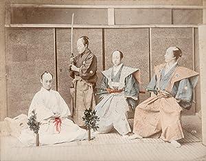 Japan: Harakiri. Handkolorierte Original-Fotografie (ca. 1885). Bildformat: Kimbei, Kusakabe: