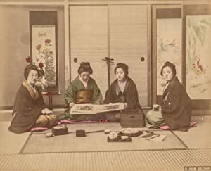 Geisha beim Betrachten eines Foto-Albums. Kolorierte Original-Fotografie;: Kimbei, Kusakabe: