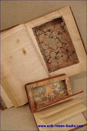 Twee dozen uitgesneden uit antieke, XVIII-eeuwse boeken. Het éne past in de uitsnijding van ...