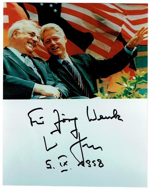 Portraitphotographie mit eigenh. Widmung und Unterschrift. Kohl, Helmut, Politiker, Bundeskanzler der Bundesrepublik Deutschland; geb. 1930 180 : 130 mm. Portrait von Kohl zusammen mit Bill Clinton.
