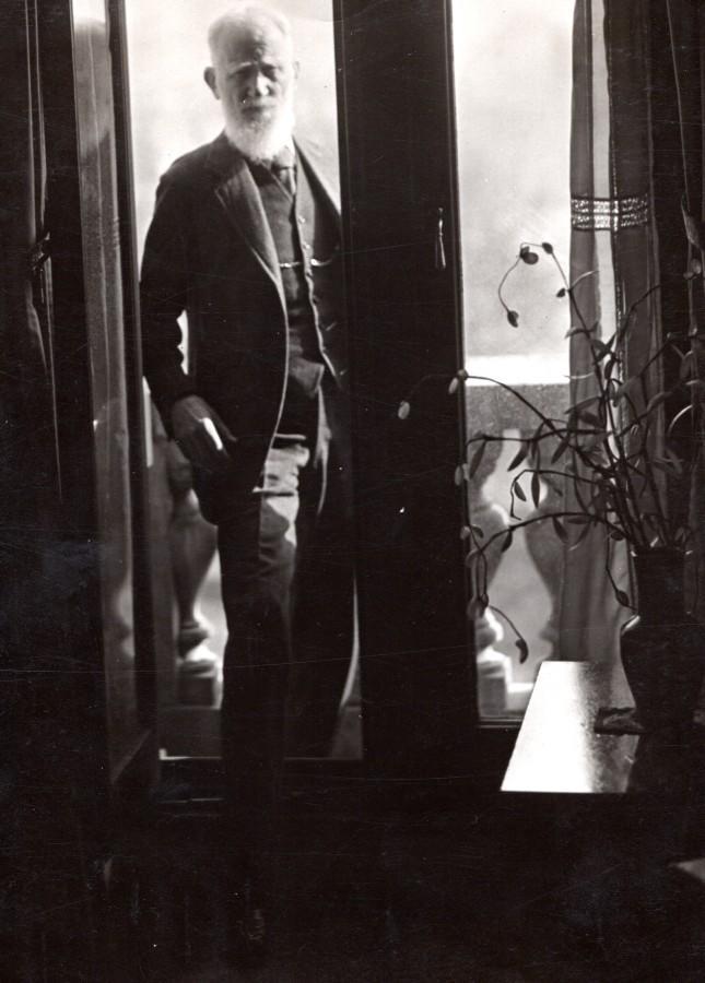 Playwright_George_Bernard_Shaw_looking_through_Window_old_Photo_circa_1940_NEWS_SERVICE_Misc__