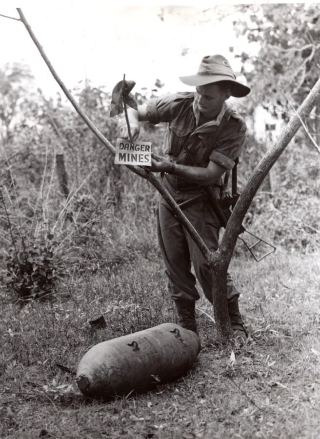 Malaysia_North_Borneo_WWII_RAAF_Bomb_Disposal_Worker_old_Press_Photo_1945_NEWS_SERVICE_Misc__