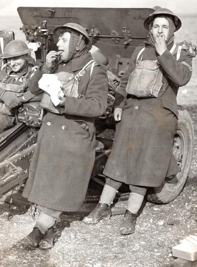 England_WWII_Divisional_Artillery_Exercise_Gun_Crew_Lunch_old_Press_Photo_1940_NEWS_SERVICE_Misc__