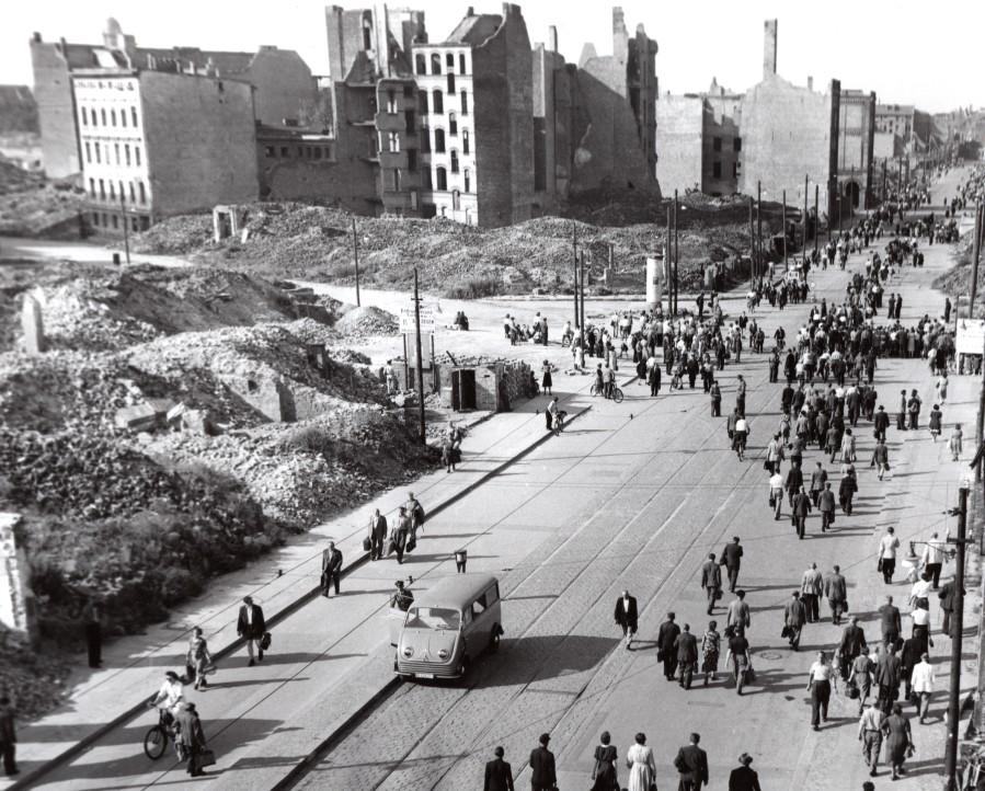 East_Germany_Berlin_General_Strike_View_of_East_West_Crossing_old_Photo_1953_NEWS_SERVICE_Misc__