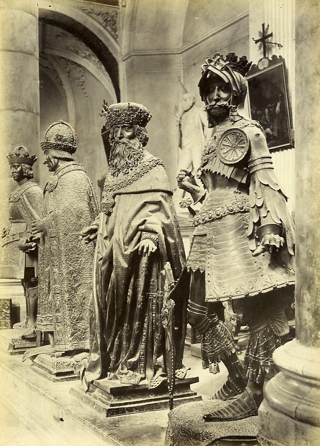 Austria_Innsbruck_Hofkirche_Statues_Maximilian_Cenotaph_Old_Photo_c1880_ANONYMOUS__