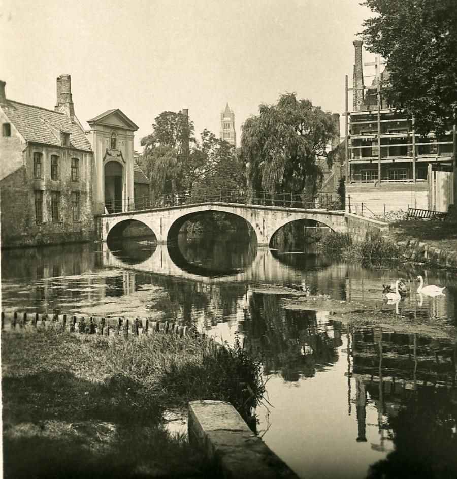 Belgium_Bruges_Brugge_Bridge_Entrance_to_Beguinage_NPG_Stereoview_Photo_1900s_NPG_Neue_Photographische_gesellschaft__