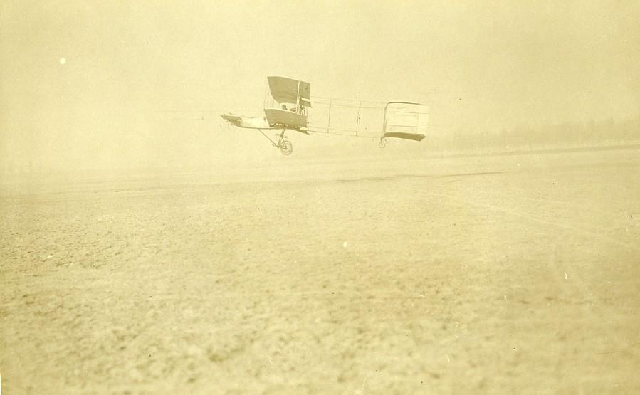 France_Issy?_Airplane_Henri_Farman_No1_Biplane_in_flight_Old_Photo_1909_NEWS_SERVICE_(Misc)_[_]