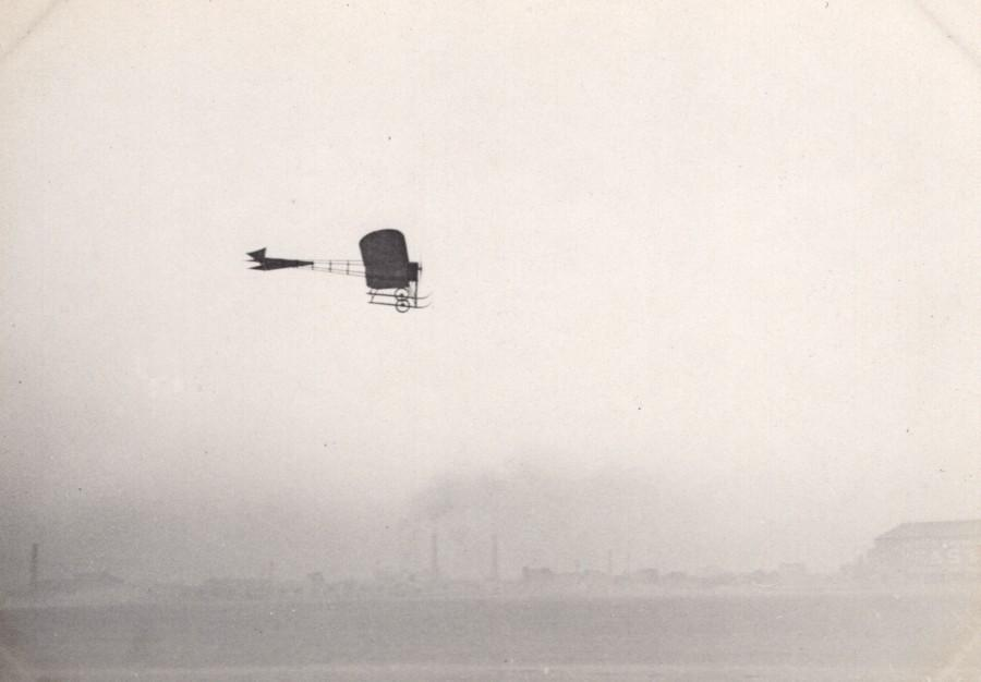 France_Issy?_Aviation_Vinet_Monoplane_in_Flight_old_Photo_circa_1910_ANONYMOUS_[_]