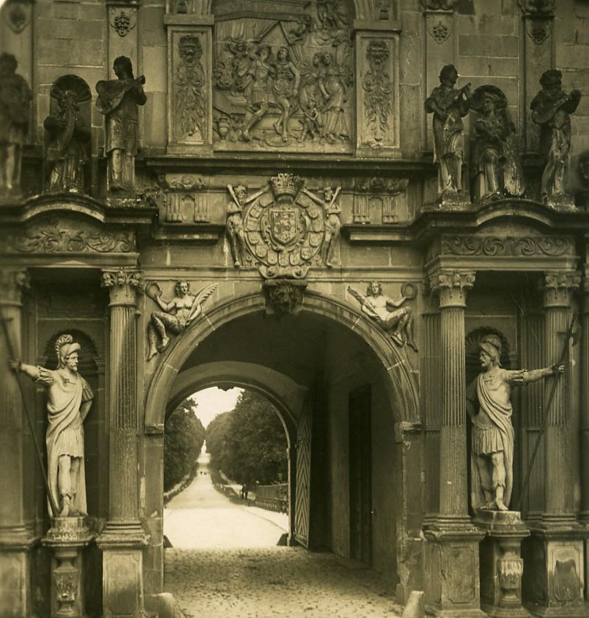 Denmark_Copenhagen_Frederiksborg_Slot_Entrance_Old_NPG_Stereo_Photo_1900_NPG_Neue_Photographische_gesellschaft__