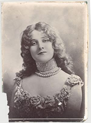 Portrait of a famous actress with beatiful colier and pearl necklace 1900c V117