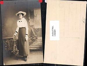 130089,Atelier FotoAK Frau m. Buch und Hut