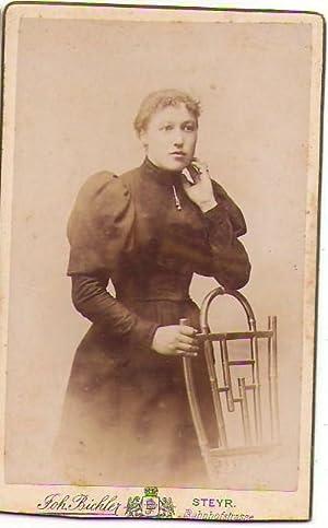 CDV15,Frau in Robbe Tracht Mode Sessel Atelier
