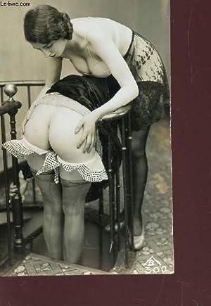 1 PHOTO-CARTE POSTALE MONOVHROME (9 X 14 Cm) : UNE FEMME DE FACE TENANT ENTRE SES MAINS LES FESSES ...