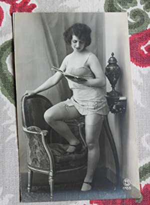 CPA rétro 1920 PIN UP LECTRICE FEMME NUE