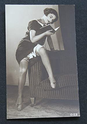 Carte Postale ancienne Photo vers 1920 LECTRICE - femme bas Pin Up
