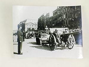 Photographie du Général de Gaulle passant en revue les troupes françaises &...