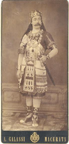 Fotografia d'un attore in costume da re barbaro].