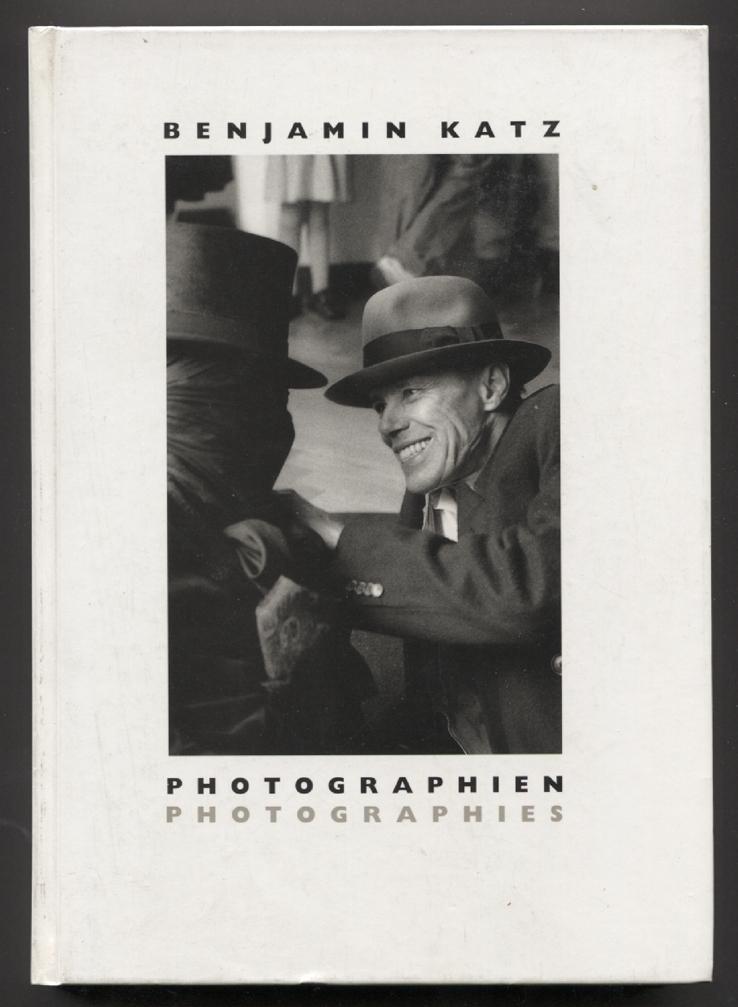 Photographien = Photographies. (Herausgeber: Markus Hartmann. Übersetzungen: Joy Fischer u. a. Begleitbuch zu den Ausstellungen: Stedelijk van Abbemuseum, Eindhoven, 16. September - 5. November 1989; Württemberger Kunstverein, Stuttgart, 7. Februar - 11.