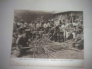 Unsere Soldaten bei der Heuernte in Nord-Frankreich. Anfertigung von Harken für die Heuernte.:...