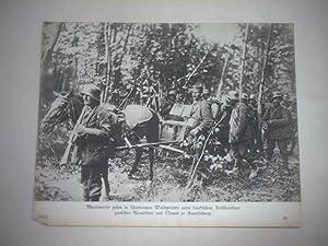 Minenwerfer gehen in schwierigem Waldgelände unter feindlichem Artilleriefeuer zwischen ...