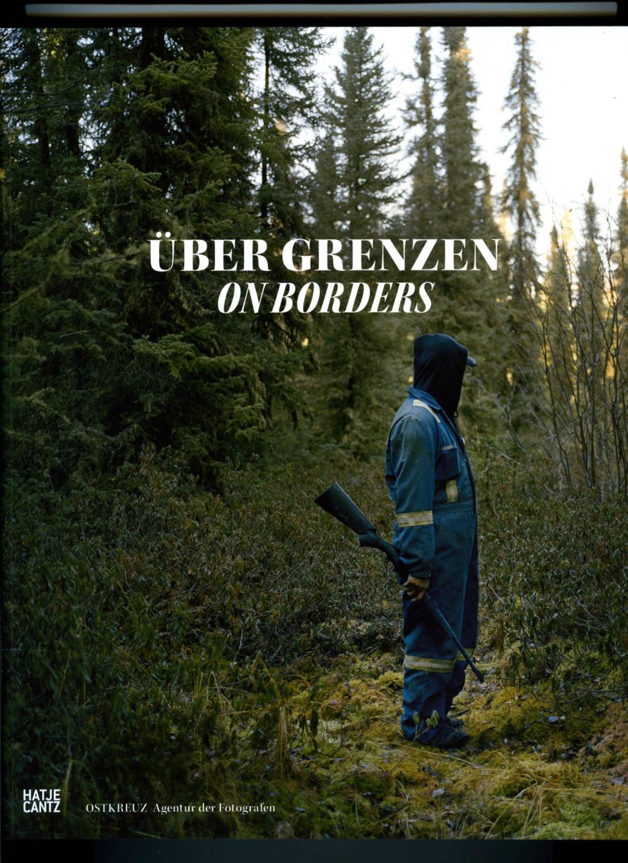 Über Grenzen On borders. Signed by 17: Brüggemann, Jörg -