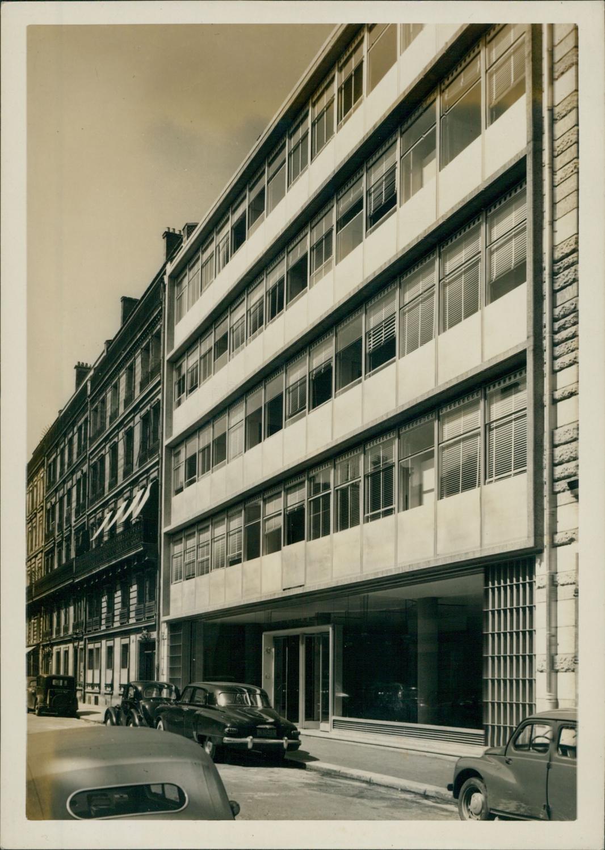 paris  immeuble  u00e0 locaux commerciaux  rue des je u00fbneurs by photographie originale    original