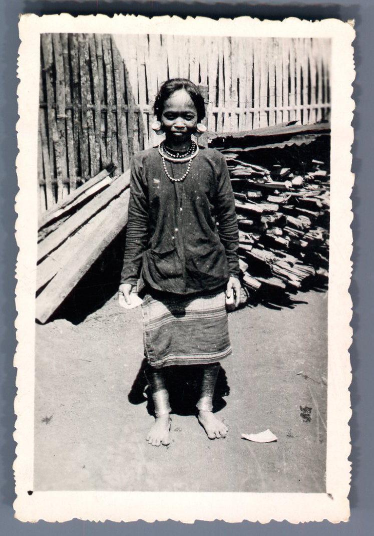 Viêt_Nam,_Femme_nu-pieds_ornée_de_bracelets_Photographie_originale___Original_photograph_[_]