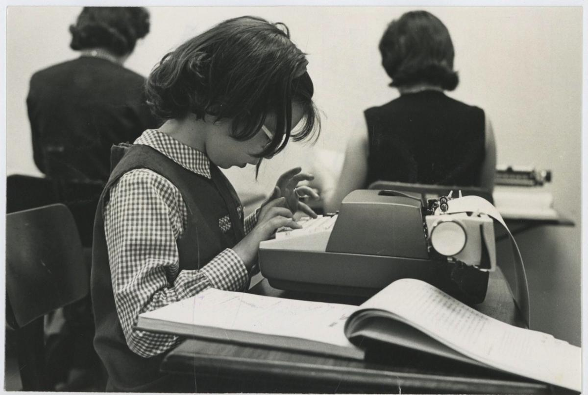 USA, Business School. Students using electric typewriters Photographie originale / Original photograph [ ]   Photographie,Vintage silver print // Circa 1963 // Tirage argentique // Format (cm): 16x24