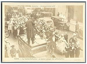 France, Paris, La Sainte-Catherine: un joyeux groupe: Photographie originale /