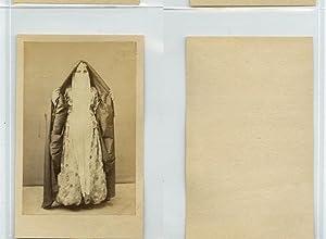 Egypte, Une femme pose dans une longue: Photographie originale /