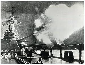 Vietnam, U.S. warship bombards buffer zone with: Photographie originale /