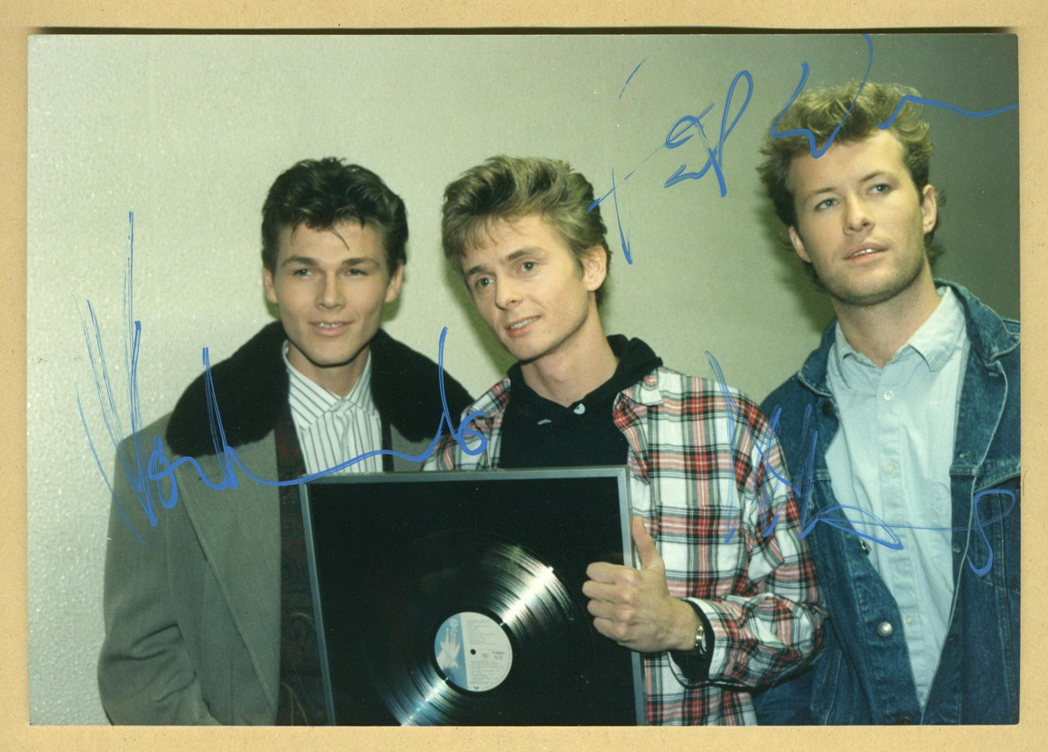 Aha__Early_signed_photo__Paris_80s_Aha__Norwegian_band_Très_bon