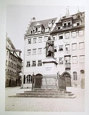 Albrecht Dürers Standbild. 29,5 x 22,5 cm (Fotoabzug) 50 x 37 cm (Karton), um 1880.: ...