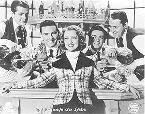 Irrwege der Liebe. Standbild aus dem Film mit Jeannette Macdonald mit mehreren Partnern (?).