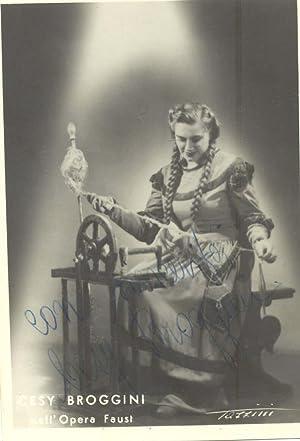 Fotografia originale con doppia dedica e firma autografa del soprano Cesy Broggini.