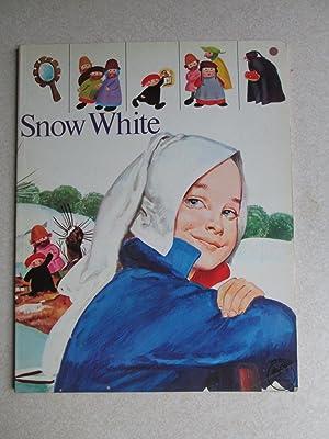 Snow White: Retold By: Manuela Lazzara Pittoni + Ester Piazza. Charles Perrault