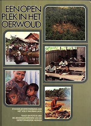 Een Open plek in het Oerwoud: Evangelieverkondiging aan het Volk van Irian Jaya. Text en Foto'...