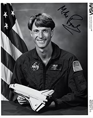 SIGNED PHOTOGRAPH OF NASA SHUTTLE ASTRONAUT MIKE FOALE