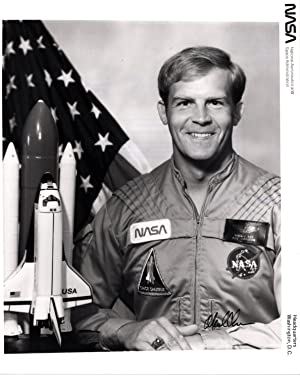 SIGNED PHOTOGRAPH OF NASA SHUTTLE ASTRONAUT MARK C. LEE
