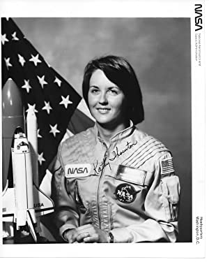 SIGNED PHOTOGRAPH OF NASA SHUTTLE ASTRONAUT KATHRYN THORNTON