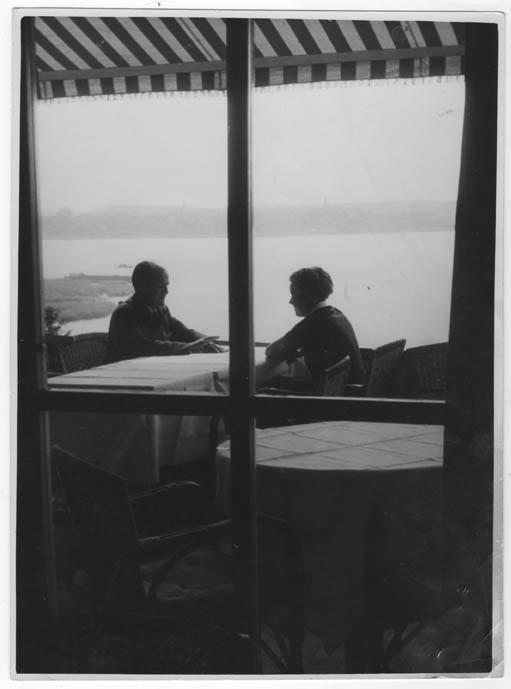 Sitzendes Paar auf der Terrasse.: Perckhammer, Heinz von.