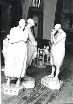 Photograph of the sculpture Conjunto de Mujerers sin pelo. 1987.