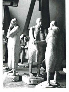 Photograph of the sculpture Conjunto de Mujerers sin pelo from la serie del manicomio. 1987.