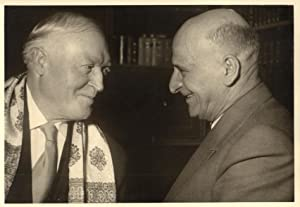 Der Schauspieler im Gespräch mit Karl Pempelfort(?). Orig.-Photo eines unbekannten Photographen.: ...