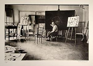 Miro im Atelier zeichnet auf Leinwand. Rechts unten in Bleistift signiert, links auf 75 Exemplare ...