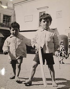 Zwei spielende Jungen. Fotografie. Gelatinesilberabzug. Um 1950. Verso mit dem roten Stempel des ...