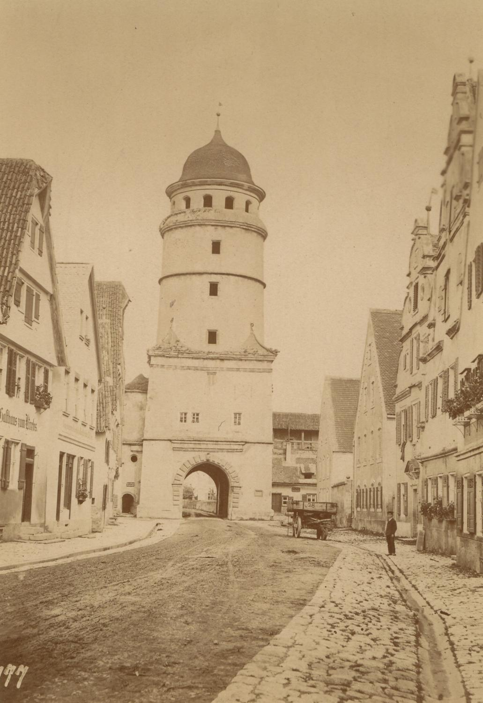 Das Löpsinger Tor, davor Straße mit einem: Nördlingen -