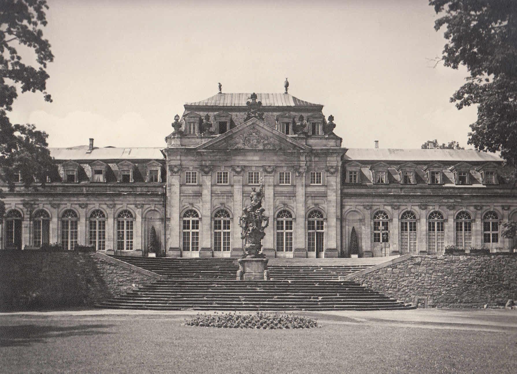 Ansicht der Orangerie mit Floravase.: Fulda,